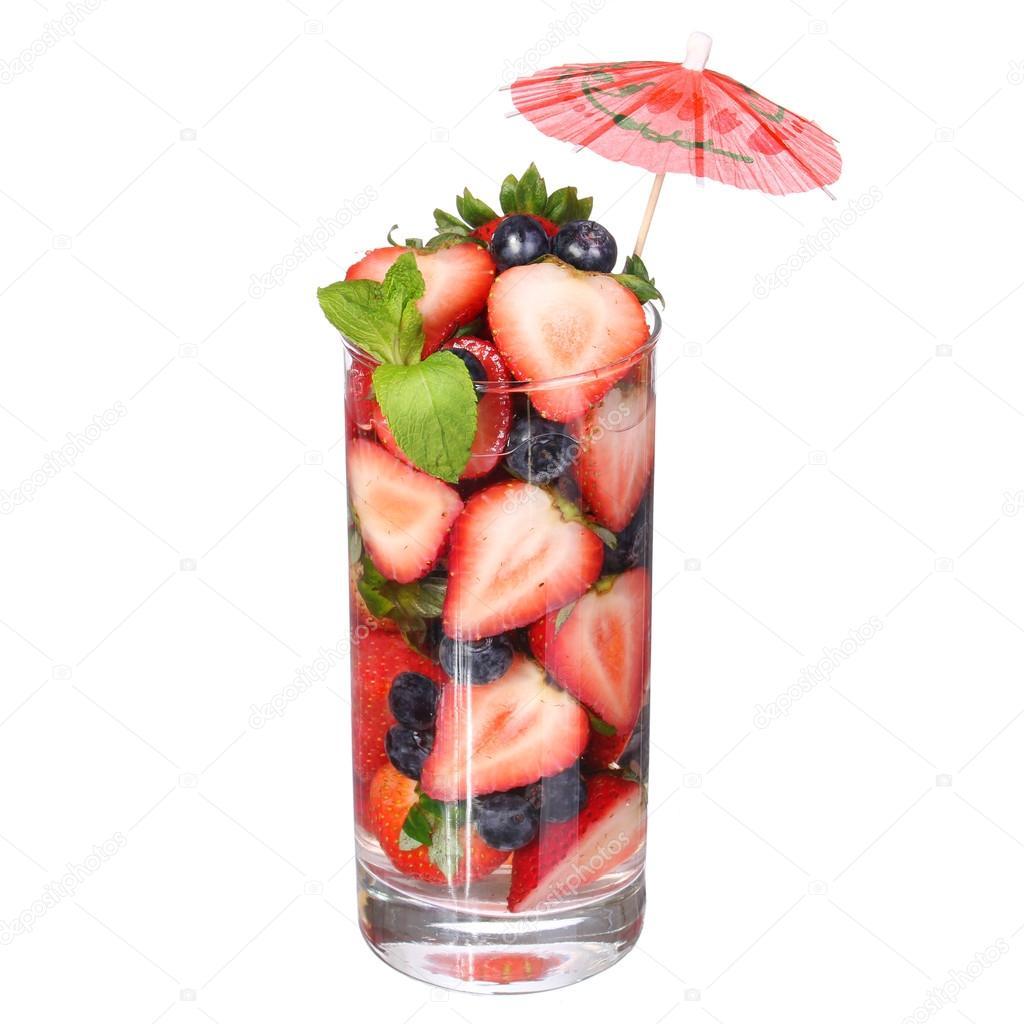 Coctel de frutas aislado en blanco frescas rebanadas de for Vasos de coctel