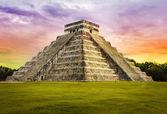 Piramit Tüylü yılan Tapınağı. Chichen Itza. Meksika. Maya Uygarlığı — Stok fotoğraf
