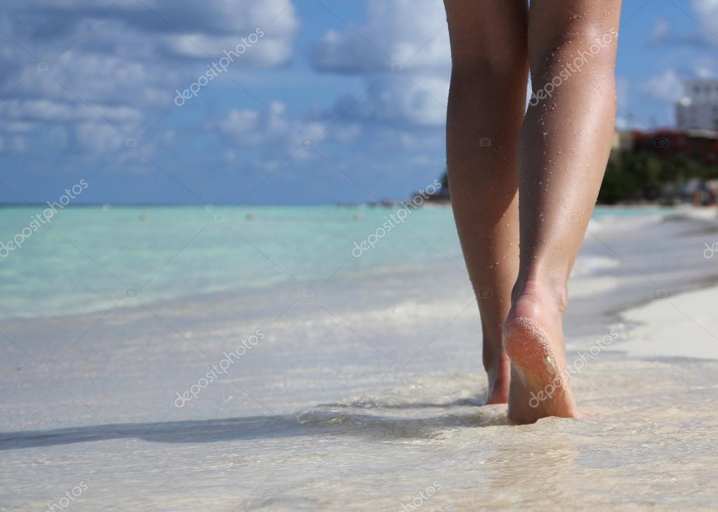 Gambe sexy sulla spiaggia tropicale di sabbia con impronte for Disegni di casa sulla spiaggia tropicale