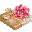Bouquet of Pink Roses and Gold Gift Box isolated on white — Stock Photo