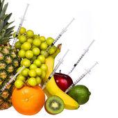 Beyaz izole meyve genetiği değiştirilmiş. GDO kavramı. — Stok fotoğraf