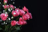 Strauß rosa Rosen auf schwarzem Hintergrund. — Stockfoto