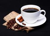 咖啡杯碟与咖啡豆麻布黑色背景上 — 图库照片