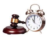 Martelletto del giudice e sveglia isolato su sfondo bianco — Foto Stock