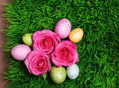 Colorful Easter Egg and Pink Roses on Green Grass — Stock Photo