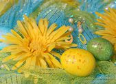 Yellow Daisies with Easter Eggs over Shiny Fabric. — Stok fotoğraf