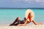 Tropik sahil seksi kız. tatil. güneş şapkası bronzlaşma kadında — Stok fotoğraf
