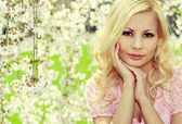 Blonde Girl with Cherry Blossom. Spring Portrait. Beautiful Youn — Stock Photo