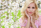 Blonde Girl with Cherry Blossom. Spring Portrait. Beautiful Youn — Stock fotografie
