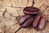 Granos de café sobre fondo de madera vieja. macro — Foto de Stock
