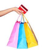 Ręka trzyma kolorowe torby na zakupy i karty kredytowej — Zdjęcie stockowe