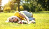 блондинка открытый. красивая женщина с книгой и яблоко — Стоковое фото