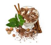 Crème glacée au chocolat, noix et cannelle — Photo