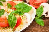 Макароны с помидорами и базиликом — Стоковое фото