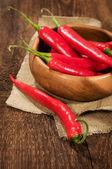 Hot chili i trä skål — Stockfoto