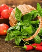 Färsk basilika i en korg med grönsaker — Stockfoto