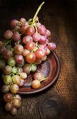 成熟的葡萄上黏土板特写 — 图库照片