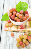 Ripe grapes in white bowl — Stockfoto