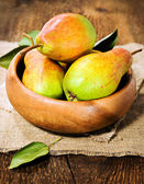 Ripe pears in a wooden bowl — Stock Photo