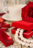 Pärlhalsband och rosenblad — Stockfoto