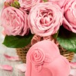 Gift box in the shape of hearts and pink roses — Stock Photo