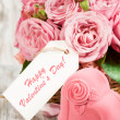 Gift box in the shape of hearts and pink roses with label — Stock Photo