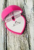 Zásnubní prsten v růžové krabičky ve tvaru srdce zblízka — Stock fotografie