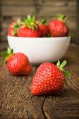 Weißen porzellanschale mit saftigen frischen, reifen roten erdbeeren gefüllt — Stockfoto