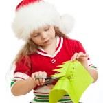 παιδί κορίτσι στο Βασίλη καπέλο κοπής χριστουγεννιάτικο δέντρο από χαρτί — Φωτογραφία Αρχείου