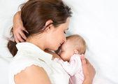 Pecho de la madre feliz alimentando a su bebé bebé — Foto de Stock