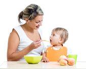 Madre di nutrire la sua bambina da cucchiaio — Foto Stock