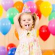Девушка очень радостным детские на день рождения — Стоковое фото