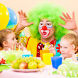 Foto Stock: Happy kids with clown on birthday party