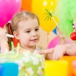 lyckligt barn flicka med clown på födelsedagsfest — Stockfoto