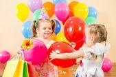 カラフルな風船とギフト誕生日パー上でかわいい子供 — 图库照片