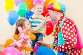 счастливые дети и клоун на день рождения — Стоковое фото