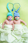 Two twins brothers babies weared in hats — Stockfoto