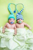 Twee tweeling broers baby's weared in hoeden — Stockfoto