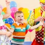 小丑的生日聚会的快乐孩子 — 图库照片