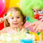 glückliches Kind Mädchen mit Clown auf Geburtstagsparty — Stockfoto #13468797