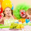 Kids celebrating birthday party with clown — Stockfoto