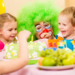 Kids celebrating birthday party with clown — Foto Stock
