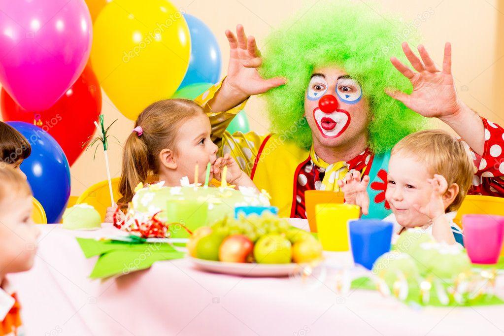 enfants heureux avec le clown sur la f te d 39 anniversaire photographie oksun70 13468031. Black Bedroom Furniture Sets. Home Design Ideas