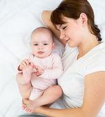 うれしそうな母彼女の赤ちゃん幼児と一緒に遊んで — ストック写真