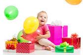 Heureux enfant avec des ballons colorés et des cadeaux. isolé sur blanc. — Photo