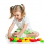 Милый ребенок играет с игрушкой мозаика — Стоковое фото