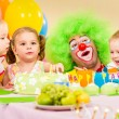 Kids celebrating birthday party with clown — Стоковое фото