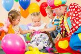 儿童和小丑的生日派对 — 图库照片