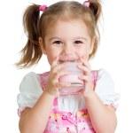 garoto bebendo iogurte de vidro — Foto Stock