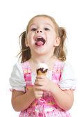 счастливый ребенок девочка ест мороженое в студии изолированные — Стоковое фото